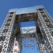 見ものは高さ10mの「科学の門」!小さな玉(球)がぶら下がっているので、下から覗いてみましたよ!