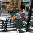 事務所の前が騒がしいので見てみるとパトカーに先導された釜ヶ崎公民権運動のデモ隊が。「南海電鉄は労働者排除に加担するな」「センターつぶすなもったいない」ののぼり旗を掲げて。