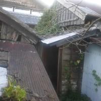 物置きの屋根のトタンが飛びました