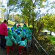 園児と樹木の観察