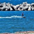 カイトサーファーが海風に乗って走る・・・富山市岩瀬浜
