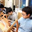 今日は海陽学園の生徒さんが手織り体験にやって来た