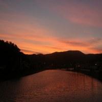 暮れ行く佐敷川の景色