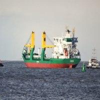 火災の貨物船が曳航されてBremerhaven港に