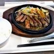 お昼は珍しく一人外食だった。匂いに誘われてステーキにしたが・・・