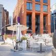 2018.05.24 エストニア タリン ロッテルマン地区: 店外に彫刻オブジェを置いたレストランの風景