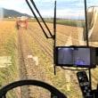 2台のコンバインで稲刈り作業
