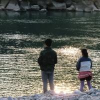 ザクロの木の枝うちをして、買い物がてら利根河原に寄ったら、光る川面に石投げしている子どもたちに出会いました