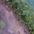 北川村安倉、慎重に岩を砕いて落としています。