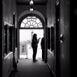 入口で何かを聞いている人物像ーモノクロームの白書ー