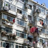 中国のアパート窓からの洗濯物干しがアンテナに見える