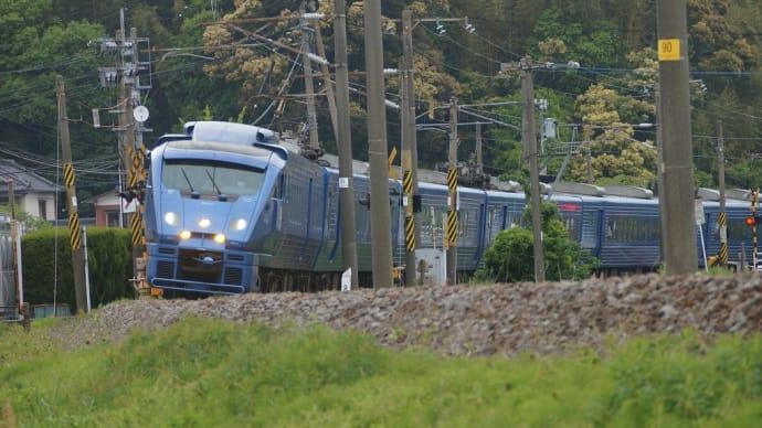 JR九州のブルーメタリックの883系特急列車ソニック 日豊本線沿線にて