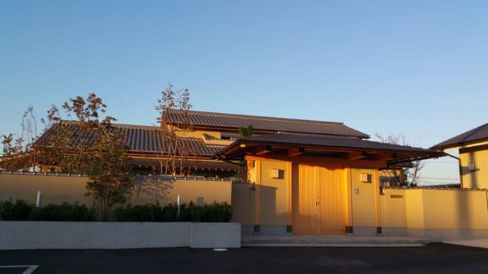 (仮称)おおらかに暮らしを包み込む数寄屋の家新築工事・建物本体から繋がる庭と風景のバランス控えめな姿勢と和風建築の設計デザイン感度と庭と庭園の魅力を佇まいと陰影で夜の情緒を