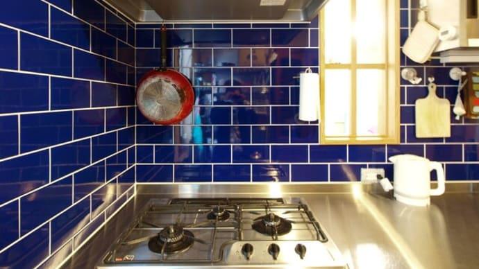 ブルーのタイルのキッチン