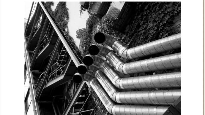 鉄の階段とダクト