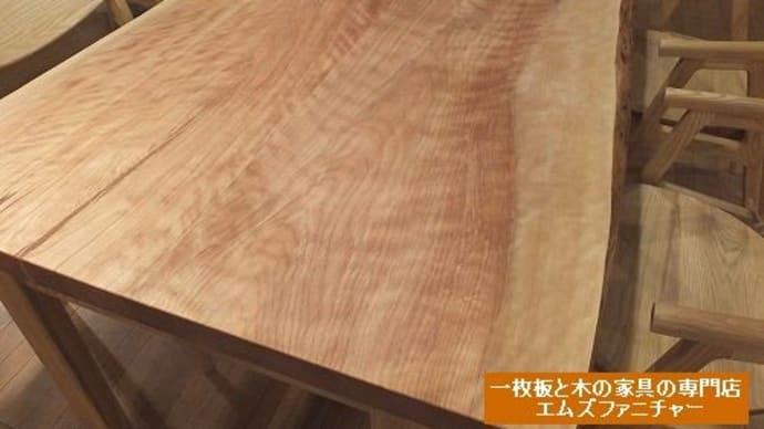 803、【ダイニングテーブル】優しい赤みのある木の風合い、手触り感もいいスベスベのカバの木の接ぎテーブル。 一枚板と木の家具の専門店エムズファニチャーです。