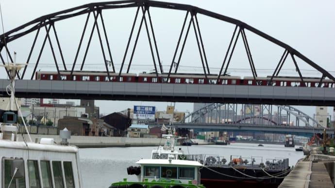安治川鉄橋を渡る、近鉄電車