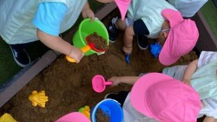 園庭でお砂遊び