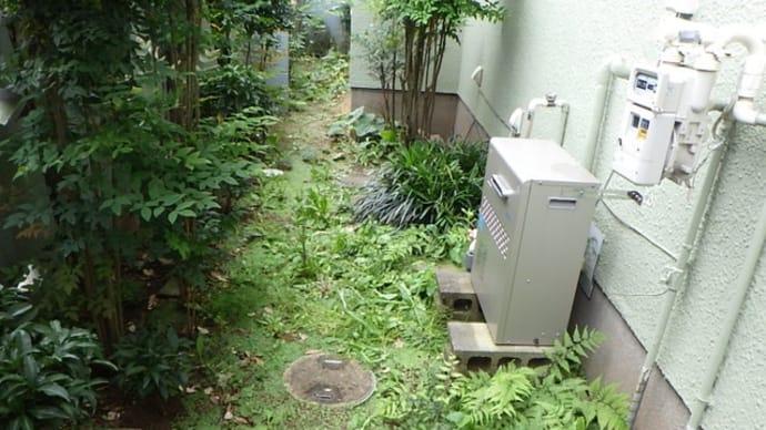 給湯機の下で漏水・・・水道工事あるある