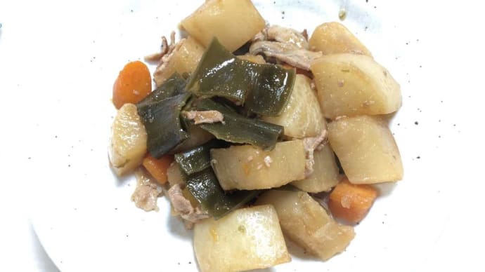今日の夕飯 豚肉と大根の煮物と初物秋刀魚の塩焼き