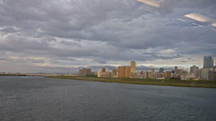 写真は阪急電車内から見た大阪の淀川です。    (2景)