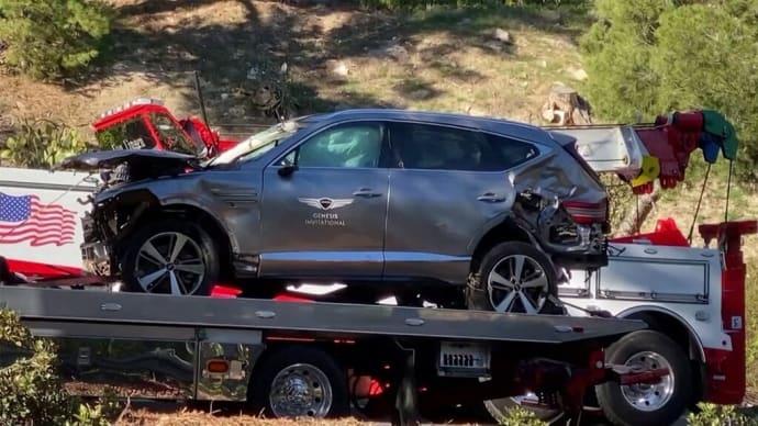 タイガー・ウッズ選手右足複数箇所の骨折運転の車が横転、大破