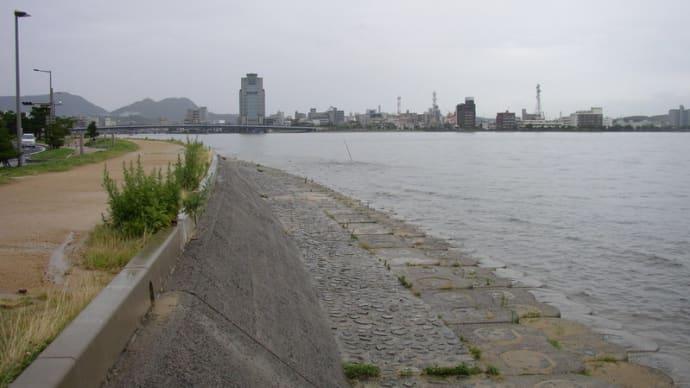 雨に煙る松江市