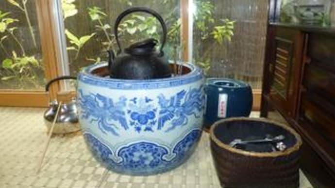鉄瓶と火鉢を出した。