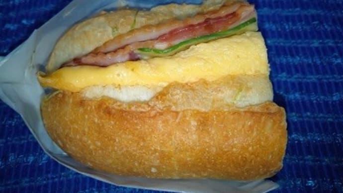 ベーコンエッグフランスハーフで昼食、これもお初なんだね:D