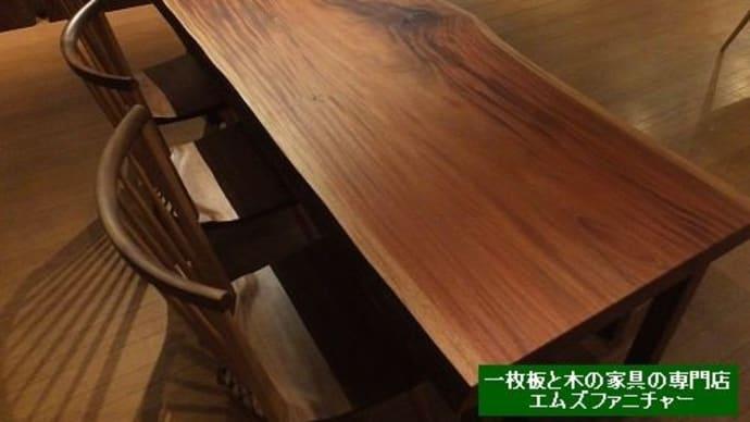 798、【ダイニングテーブル】2100mmサイズ 落ち着いた色合いの一枚板テーブル。 ご家族が集まるのにいいサイズ感なんです。一枚板と木の家具の専門店エムズファニチャーです。