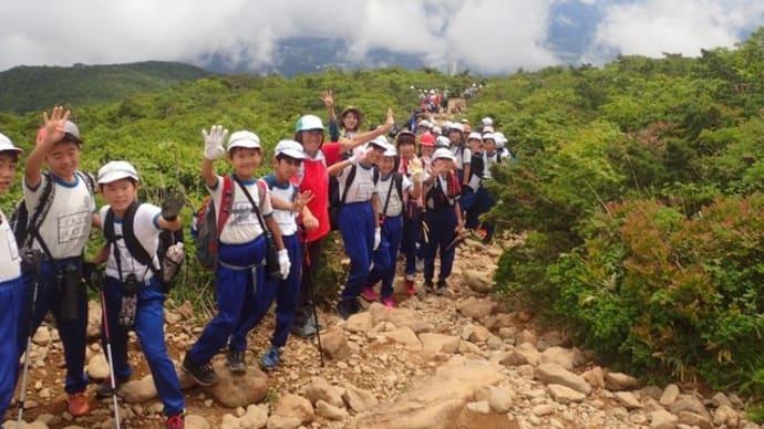 安達太良山登山ガイド 小学生ら約230名