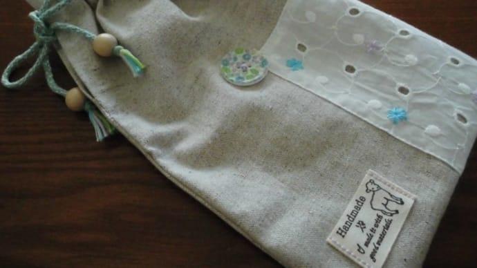 Seriaのボタンを使ったしばる巾着とニリンソウの神社。