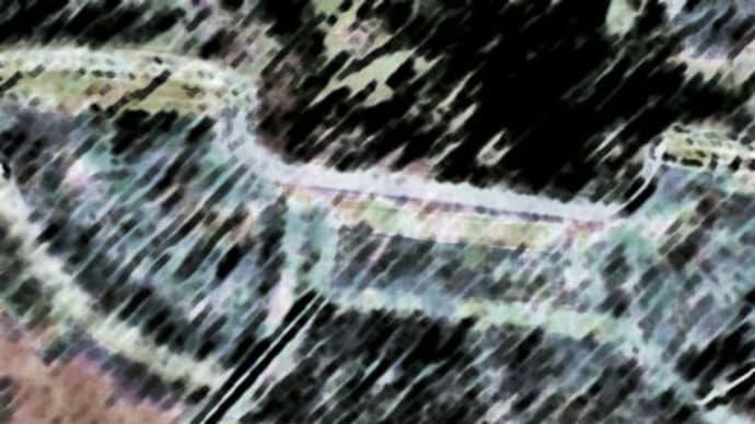 阪急梅田から大阪駅へ歩く途中、陸橋の上でいつも気になるのがこれ。  (4景)