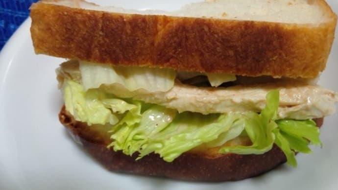 山食でサンドイッチ、鶏胸肉胡麻ダレで昼食したんだね:P