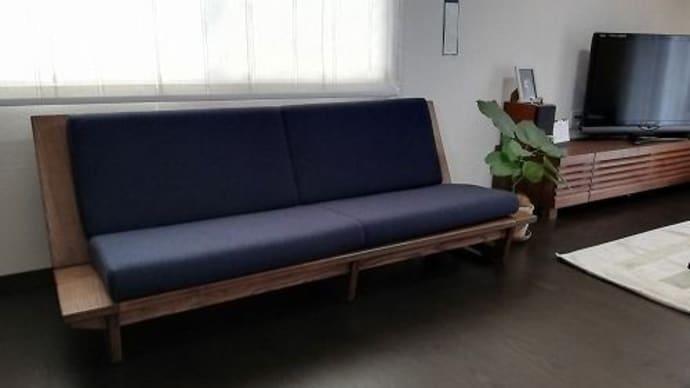 805、【お客様のお宅へお届け】当店で人気の木枠フレームロースタイルソファー。1800mmサイズ。濃い色合いバージョンでお届け。 一枚板と木の家具の専門店エムズファニチャーです。