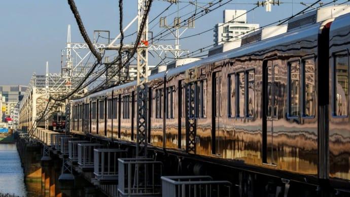 十三駅へ向かう阪急電車