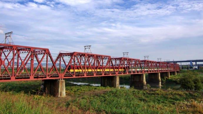 青空と淀川を渡る京阪電車