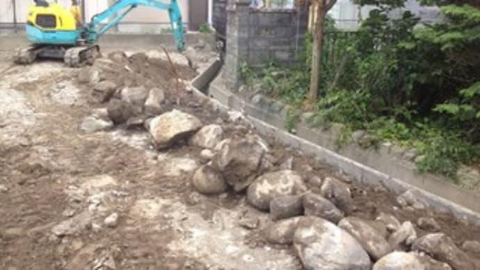敷地沿いの水路に、擁壁を先行して施工します ・・・ 新築工事