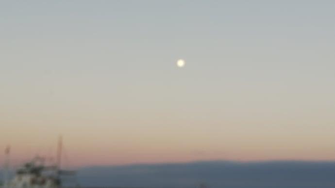 月が残る海で