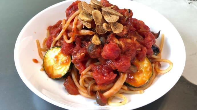 厚切りベーコン、ズッキーニ、なすのトマトソースパスタ