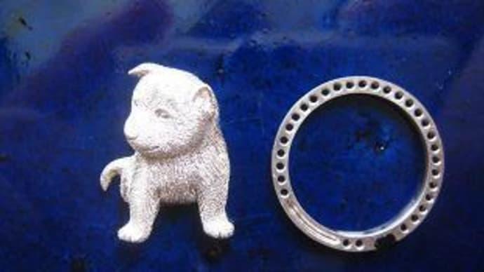 子犬のペンダント兼ブローチ(①シルバーで原型作成)