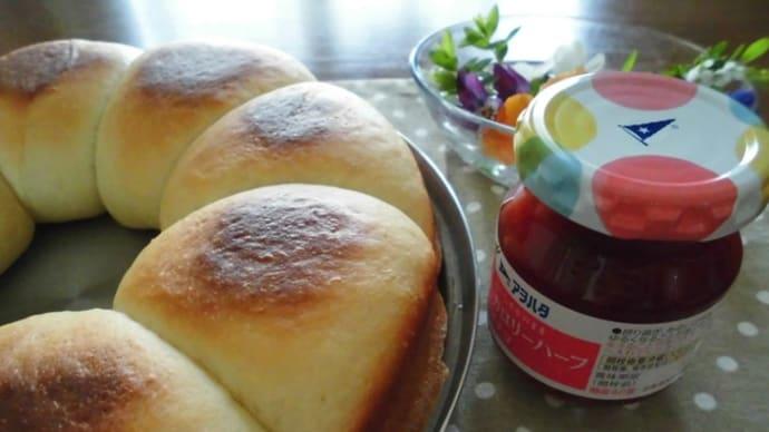 IHのグリルで焼いたパンと、Seriaのスキレット型軽量スプーン。