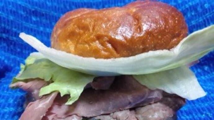 ローストビーフのニューヨーク風ベーグルサンド、朝食はしっかりなんだね:P