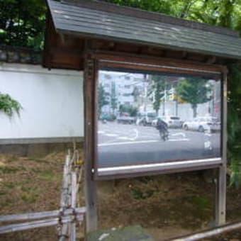 「トゥヤーの結婚」:伝通院前バス停付近の会話