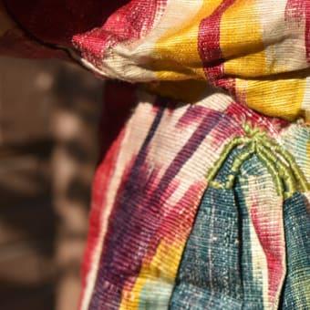美しい民族衣装 ウズベキスタンのイカットチャパン