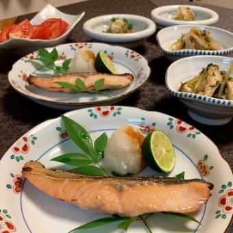 秋鮭の塩麹漬け焼きと大根間引き菜の炒め煮