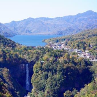 日光華厳の滝の絶景スポットはアカヤシオ満開です