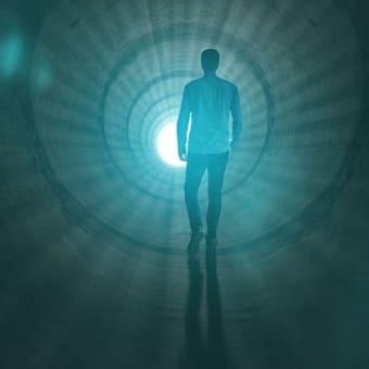 自殺した人の魂はどこへ行くのか。死んでも「意識」「心」があり、肉体は無くても意識、思いは全く変わらない。だから、自殺しても苦しみは無くならず、心だけになるので、苦しみは何倍にもなる。