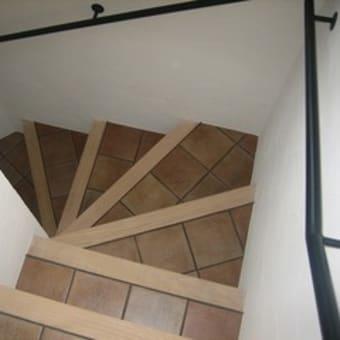 階段にテラコッタ