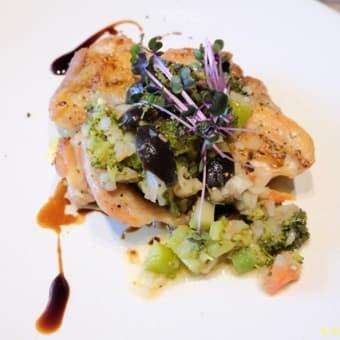 アロッサ『鶏もも肉のソテー・ブロッコリーと黒オリーブ&自家製セミドライトマトのプッタネスカソース』@銀座2(銀座ベルビア館)